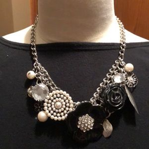 Jewelry - Black and silver flower necklace